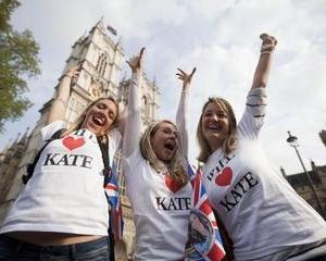 Nunta regala: Fanii incep sa se stranga deja in fata Westminster Abbey al carei interior incepe sa semene cu o padure artificiala