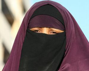 Franta: Prima femeie amendata pentru incalcarea interdictiei de a purta burka