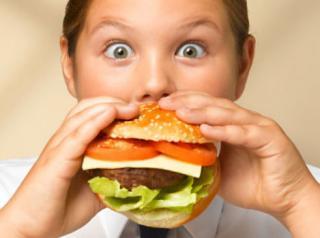 Obezitatea la copii: cu cat mama munceste mai mult, cu atat copilul e mai gras
