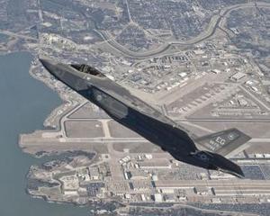 Primul model de serie al avionului F-35 Lightning II a terminat cu succes primul zbor