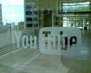 La multi ani, YouTube! Cel mai popular site de continut video implineste 7 ani