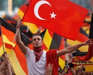 Doi studenti din Turcia risca inchisoarea, dupa ce au jucat darts cu poza premierului