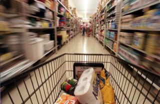 Supermarketul scufundat la Ocna Mures, praduit in continuare de nevoiasi