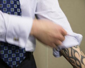 ANALIZA: Cum influenteaza piercingul sau tatuajul cariera ta?