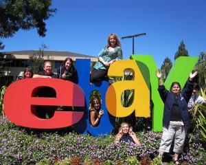 eBay-ul vinde si angajati. Nu proprii angajati, ci tehnicieni de laborator