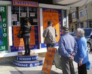 Protectia Consumatorilor: Verificati cursul valutar afisat pe panou, dar si la ghiseu