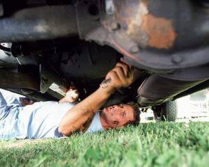 Aproape jumatate din romani isi repara singuri masina sau cu ajutorul cunostintelor