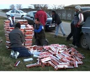Peste 17.000 de pachete de tigari de contrabanda, gasite in podeaua unui autocamion