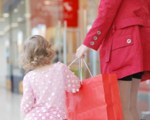 Discriminare: Mamele cheltuiesc mai multi bani pentru garderoba fetei decat pentru cea a baiatului