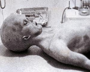 Dosarele X au fost facute publice de FBI. Extraterestrii au forma umana si mai putin de un metru inaltime