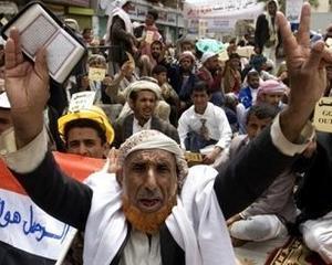 Yemen: Protestatarii sunt atacati cu tancurile, in timp ce un important general al armatei trece de partea lor