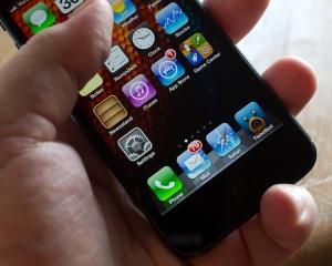Un iPhone mai ieftin ar putea determina debarcarea lui Tim Cook