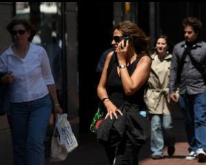 Romanii cheltuie dublu fata de europeni, pe telefonie mobila