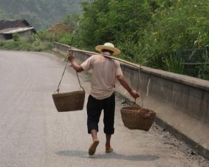 Urban versus rural: Romanii de la oras castiga dublu fata de cei din mediul rural