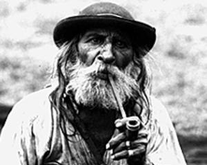 Studiu: Unii dintre romani nu mai dau multi bani pe haine si vacante, pentru a-si satisface pofta de tutun si alcool