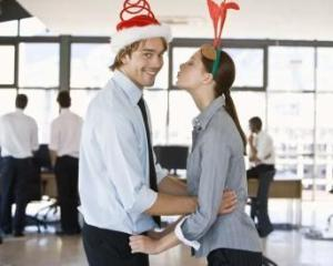 Care este suma minima alocata de femei pentru petrecerea de Craciun a companiei