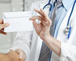 STUDIU: Peste trei sferturi dintre pacientii clinicilor de stat dau spaga