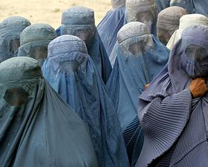 Franta interzice purtarea voalului islamic, Burka, in public. Politia se asteapta la reactii extremiste violente