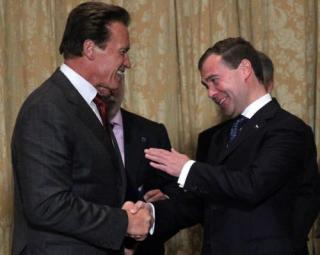 Schwarzenegger si Medvedev isi scriu pe Twitter