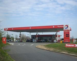 Franta: Benzinariile low cost Total practica preturi cu 5-10% mai mici
