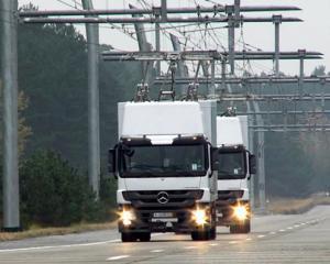 O idee geniala: In Los Angeles au fost instalate linii electrice pentru camioane