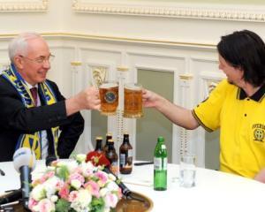 Premierul Ucrainei are probleme din cauza unei halbe de bere