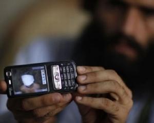 Talibanii au ars 300 de telefoane mobile si cateva calculatoare