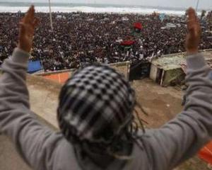 LIBIA: Gadhafi are concesii intr-o mana si gloante in cealalta