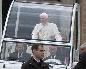 Papa risca un proces, dupa ce a uitat sa-si puna centura de siguranta in Papamobil