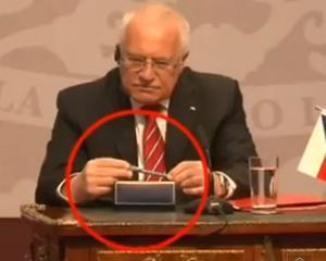 Presedintele Cehiei, Vaclav Klaus, a fost suprins furand un stilou, in timpul unei conferinte oficiale