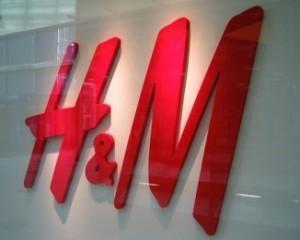 H&M si romanii care au talentul de a sta la coada