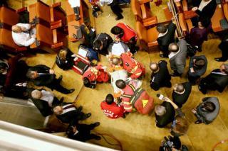 Operatia barbatului care s-a aruncat de la balconul Parlamentului s-a incheiat cu succes