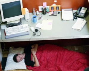 5 motive pentru care fiecare angajat are nevoie sa traga un pui de somn la job