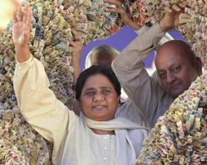 Culmea stimei de sine: Un politician din India trimitea un avion dupa sandalele preferate
