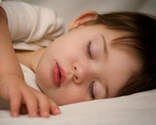 Puneti-va copiii sa doarma mai mult in week-end! Asa vor avea o greutate normala