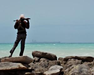 Piratii somalezi au capturat o nava greceasca pe care se afla si trei romani