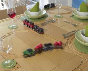 Masa imita o cale ferata, iar mancarea nu are intarzieri