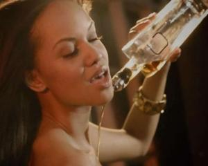 O companie sustine ca fiecare picatura din alcoolul sau a fost turnata pe trupul unui fotomodel si apoi imbuteliata