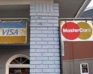STUDIU: 20% dintre romani si-au facut card de credit pentru o urgenta