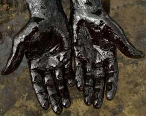 Petrolul s-a scumpit luni cu doi dolari dupa atacurile coalitiei din Libia