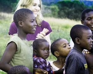 Madonna vrea sa ajute mii de copii din Malawi