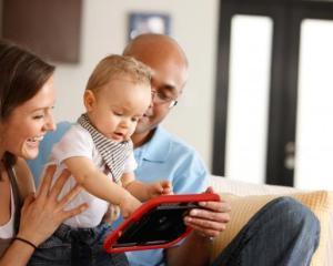Parintii isi pastreaza copiii linistiti cu ajutorul gadgeturilor mobile