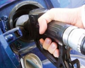Franta reduce accizele la carburanti