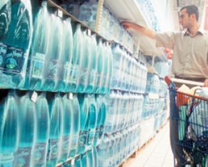 Strainii beau apa minerala romaneasca