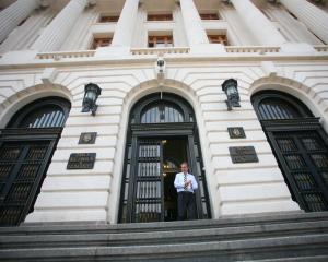 Rezervele valutare s-au diminuat cu 819 milioane de euro