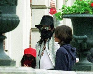 O masca chirurgicala purtata de Michael Jackson a fost scoasa la licitatie. Pretul a ajuns deja la 20.000 de dolari