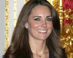 Cat costa rochiile lui Kate Middleton in productia de masa