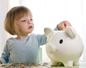 SONDAJ: Ce fac copiii romani cu banii de buzunar