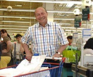 Basescu constata cresterea preturilor direct la raft... in hipermarket