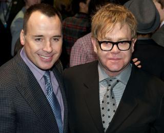 Bebelusul lui Elton John va avea ca nasi un cuplu de lesbiene